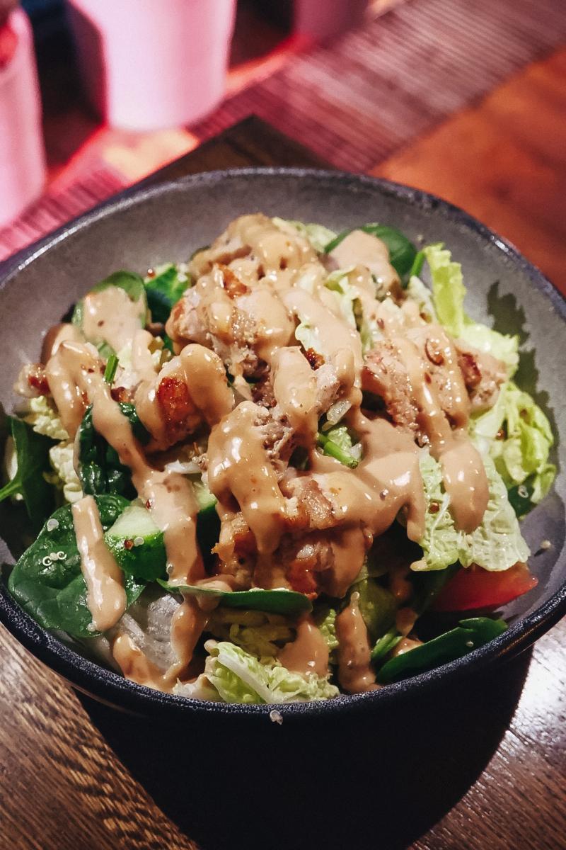 Салат с куриным бедром гриль, овощами и киноа