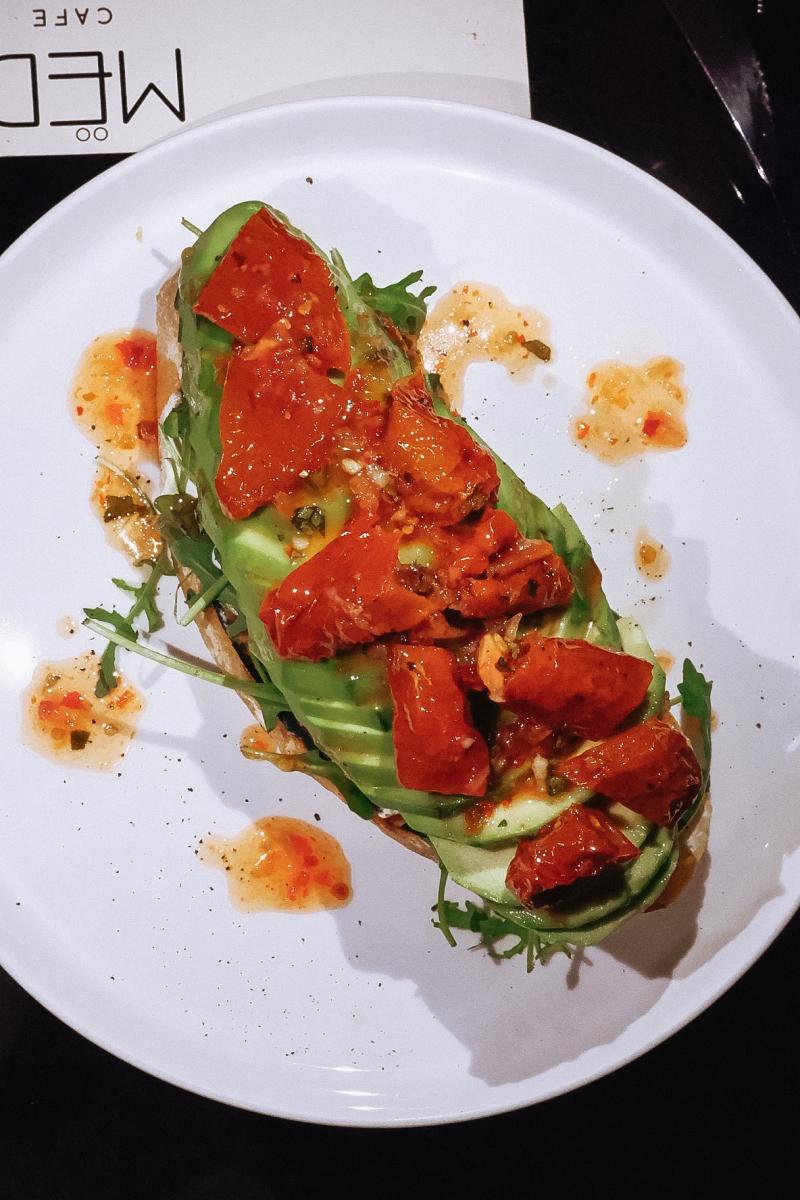 Тост с авокадо и вялеными томатами
