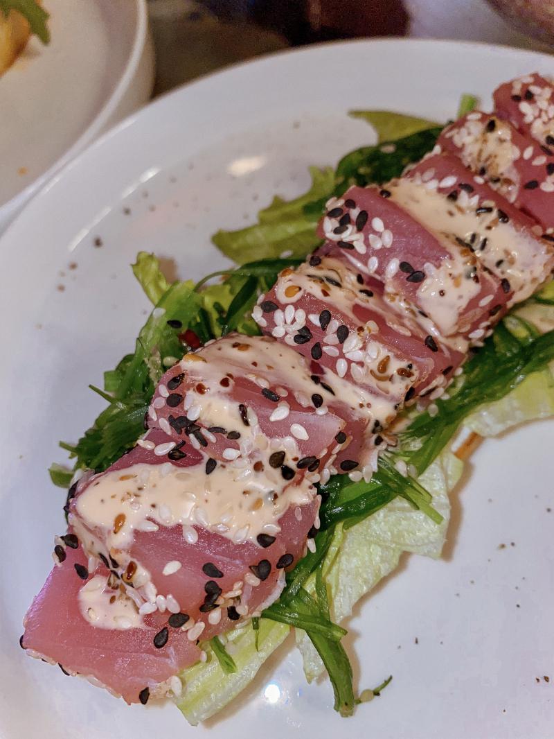 Тост с тунцом, чука-салатом и крем чизом