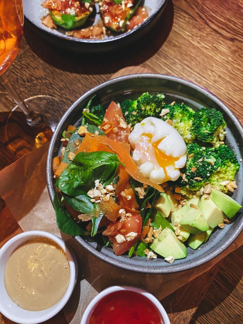 С яйцом пашот, киноа и овощами