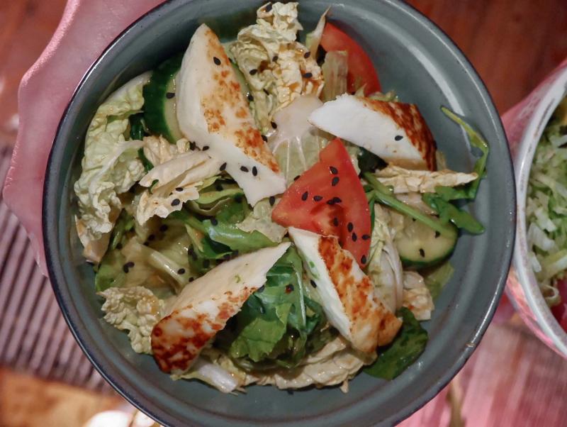Овощной салат с молодым сыром гриль